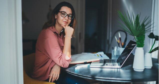 עצמאית צעירה עובדת מהבית
