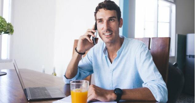 עצמאי עובד מהבית ומשוחח בטלפון