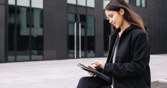 אשת עסקים מחוץ לבניין משרדים